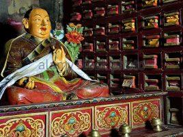 sculpture-of-chokyi-tenpa-tsering-rinpoche-founder-of-dege-sutra-printing-bmg9jm